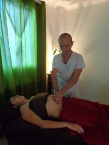 Massage-ayurvedique-du-ventre-pichauli